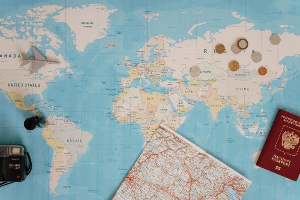 Mappa del mondo con documenti di viaggio